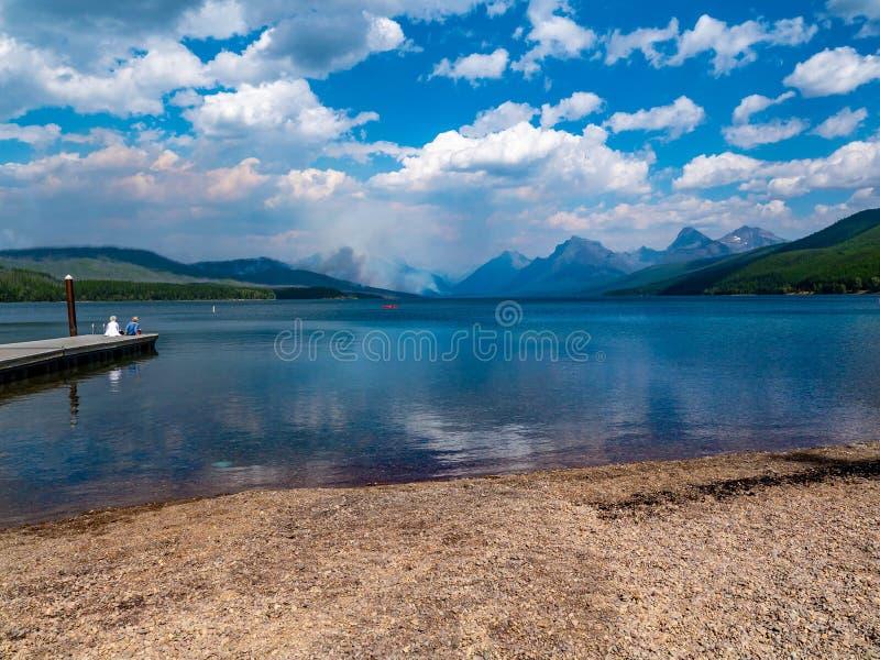 Dois povos recolhem a beleza do lago McDonald no parque nacional de geleira fotos de stock