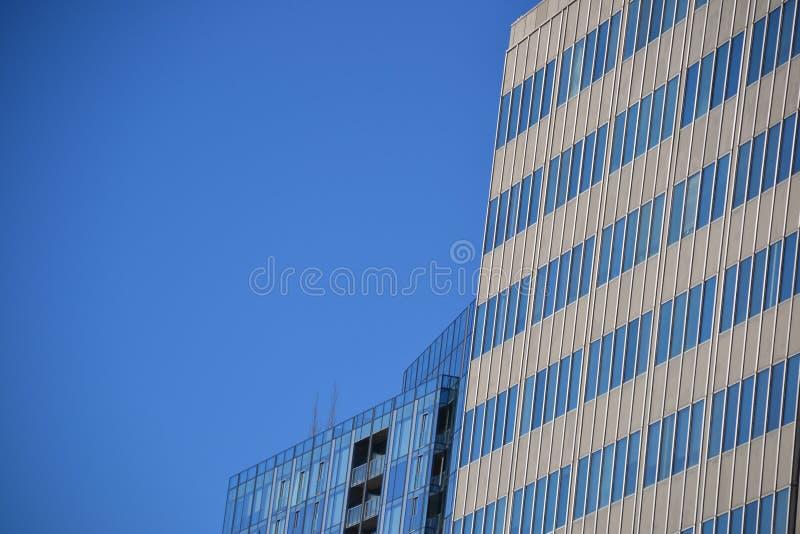 Dois prédios de escritórios & céu azul, Portland, Oregon imagens de stock