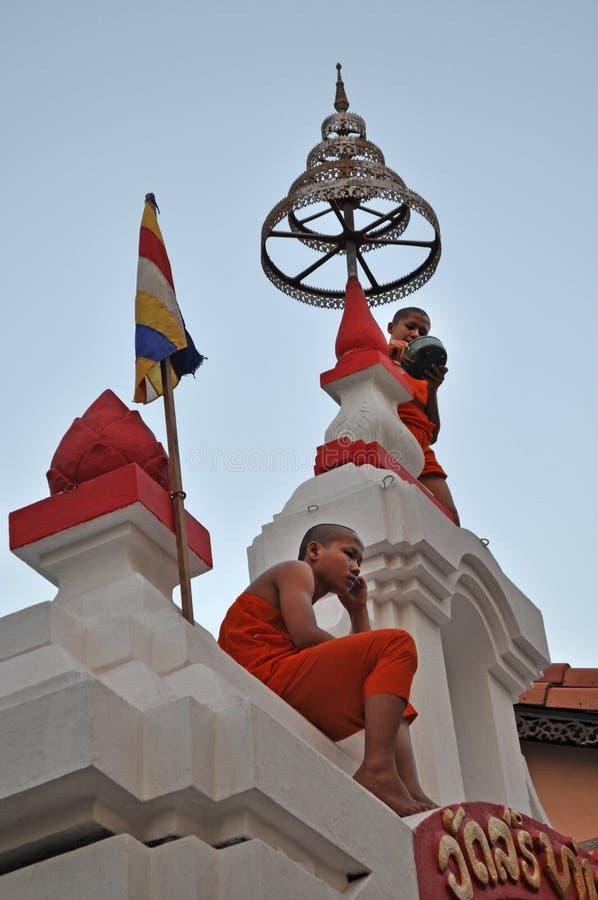 Dois principiantes que sentam-se em uma porta do templo em Vientiane imagem de stock