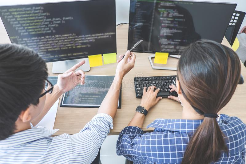 Dois programadores profissionais que cooperam no programmi tornando-se foto de stock royalty free