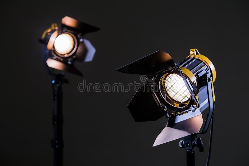 Dois projetores do halogênio com lentes de Fresnel Tiro no estúdio ou no interior Tevê, filmes, fotos imagem de stock