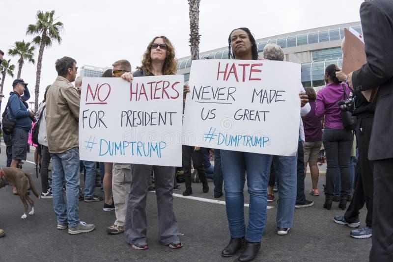 Dois protestadores do anti-trunfo com sinais do anti-ódio fotografia de stock