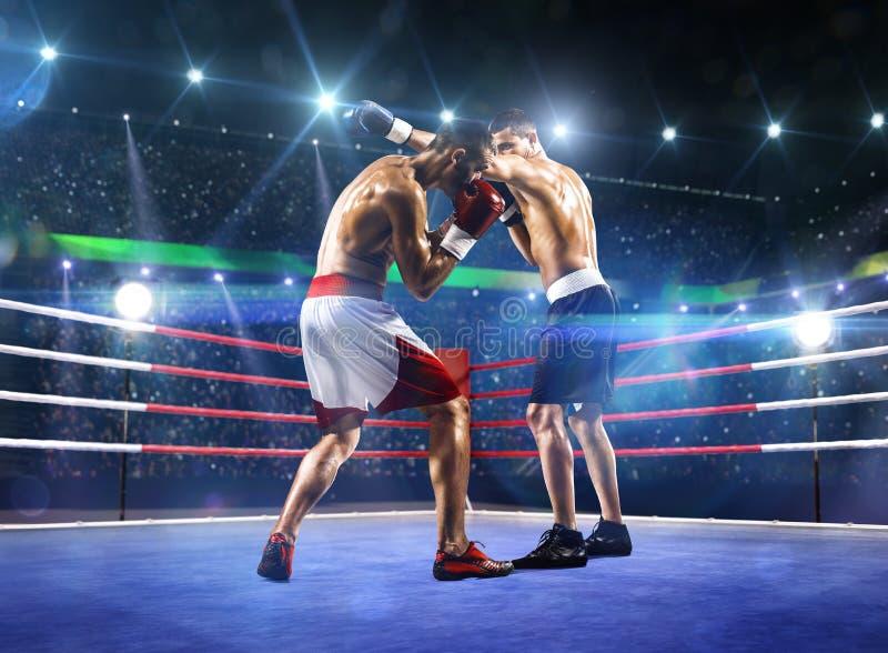 Dois pugilistas do professionl estão lutando na arena imagens de stock royalty free