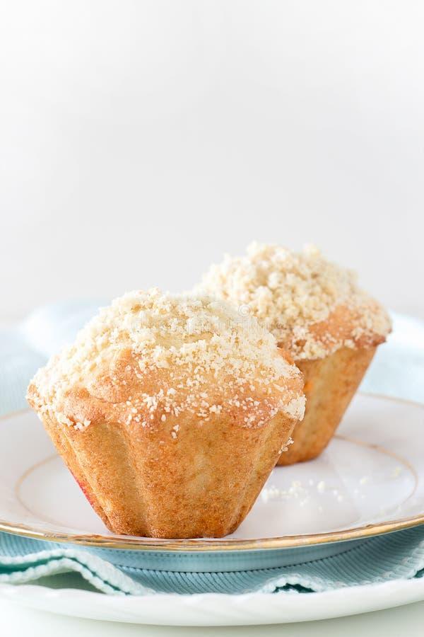 Dois queques do streusel da aveia de Apple da abóbora Fundo branco selec foto de stock royalty free