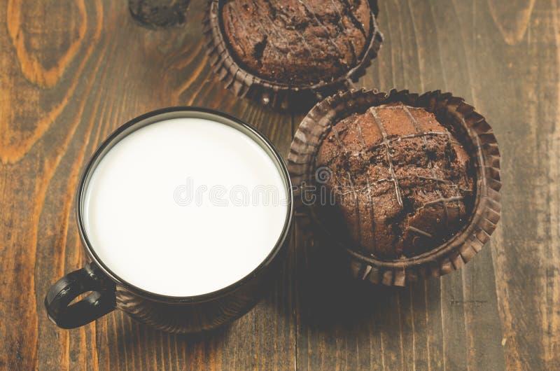Dois queques e leites do chocolate em um chocol fundo/dois de madeira foto de stock royalty free