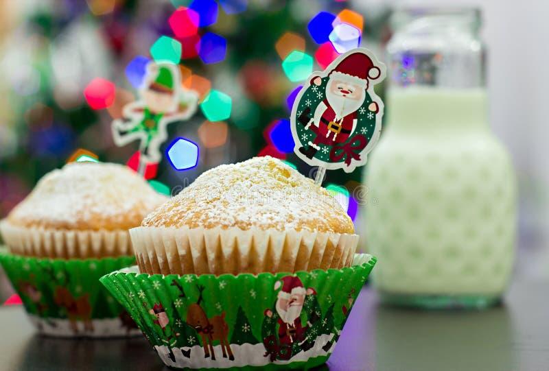 Dois queques nos casos de papel festivos, garrafa do leite Ano novo e fotografia de stock royalty free