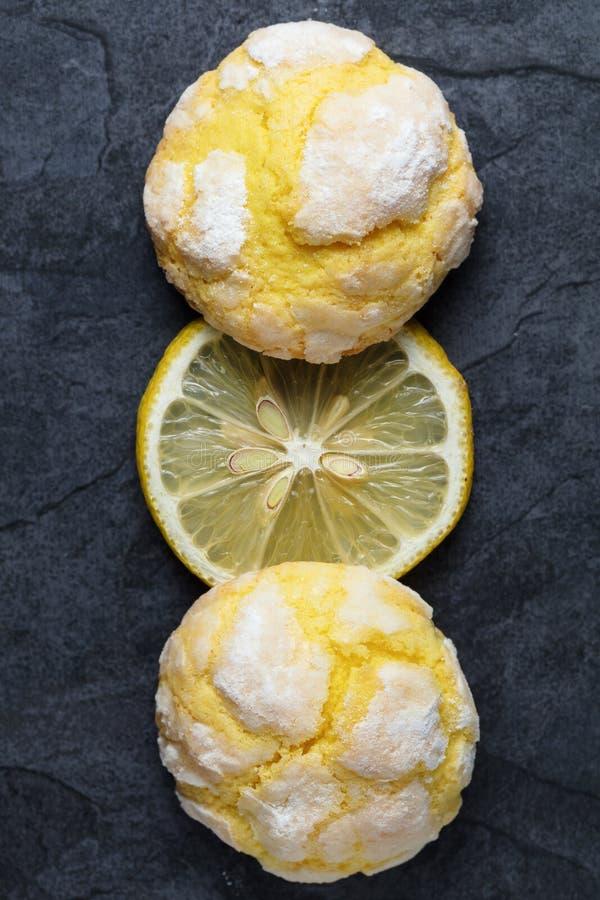 Dois racharam cookies do limão da dobra e fatia de limão fresco na Dinamarca foto de stock royalty free