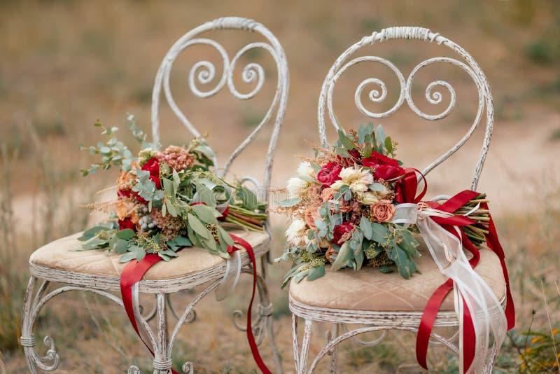 Dois ramalhetes coloridos bonitos do casamento imagem de stock