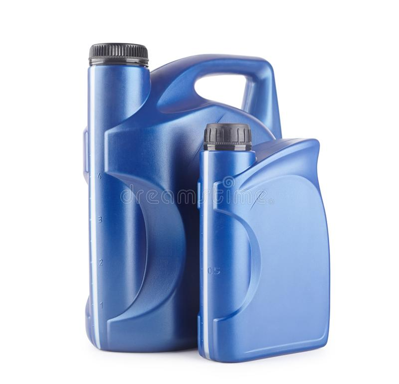 dois recipientes de plástico azul para lubrificantes sem rótulo, recipiente para produtos químicos isolados fotografia de stock royalty free