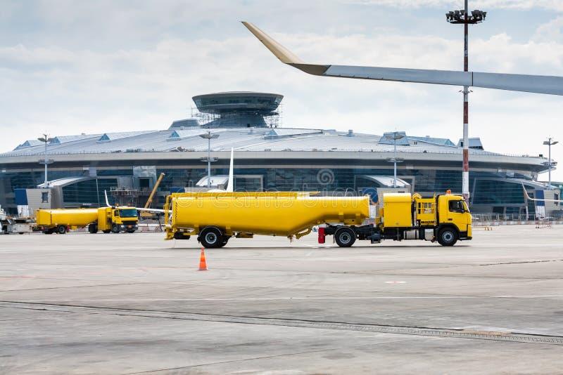 Dois refuelers amarelos dos aviões do caminhão de tanque foto de stock royalty free