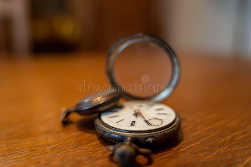 Dois relógios de bolso velhos estão em uma tabela imagens de stock