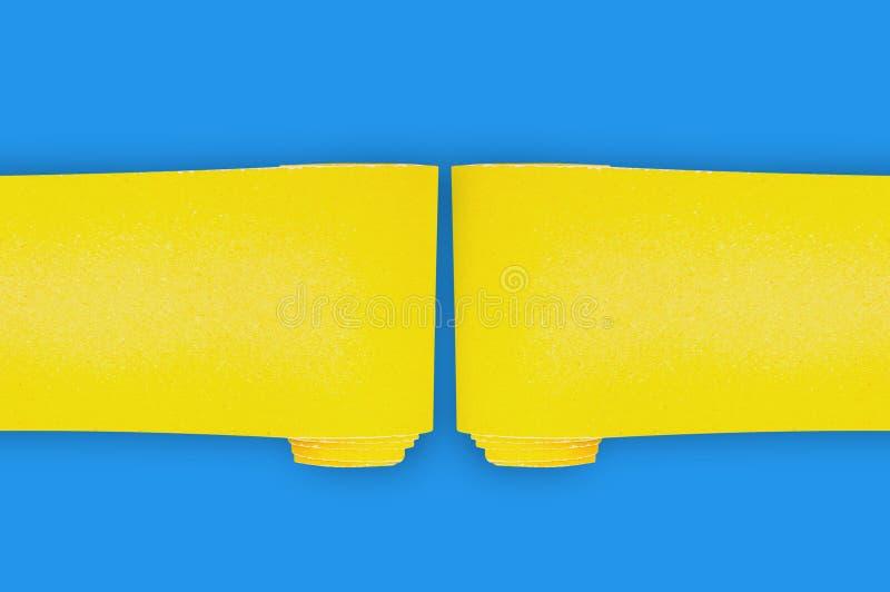 Dois rolos novos da lixa abrasiva amarela para artigos da madeira ou do metal da grade na tabela azul na oficina copie o espa?o p ilustração do vetor