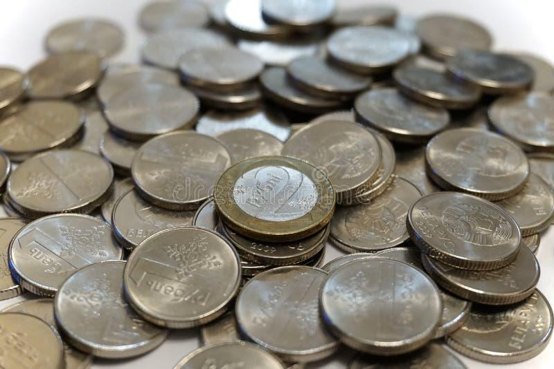 Dois rublos bielorrussos inventam em uma pilha dos rublos fotografia de stock
