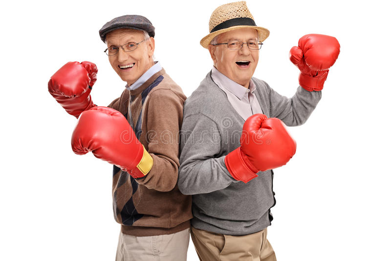 Dois sêniores que levantam junto com luvas de encaixotamento imagens de stock royalty free