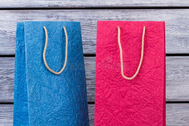 Dois sacos de compras coloridos do papel amarrotado fotos de stock