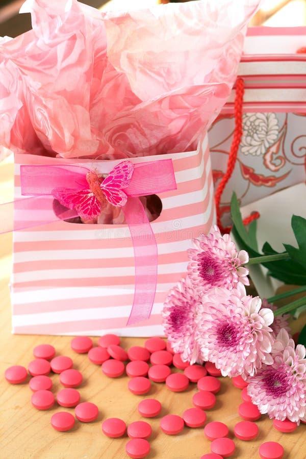 Download Dois Sacos Do Presente Com Doces Cor-de-rosa Ao Redor Foto de Stock - Imagem de flor, envoltório: 12809066