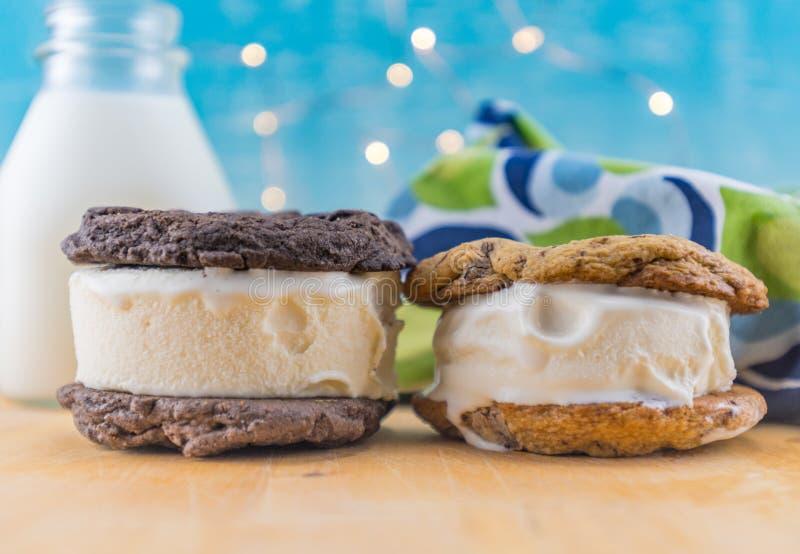 Dois sanduíches da cookie do gelado imagens de stock