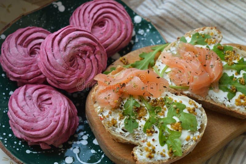 Dois sanduíches dos salmões e marshmallows roxos para o café da manhã fotos de stock royalty free