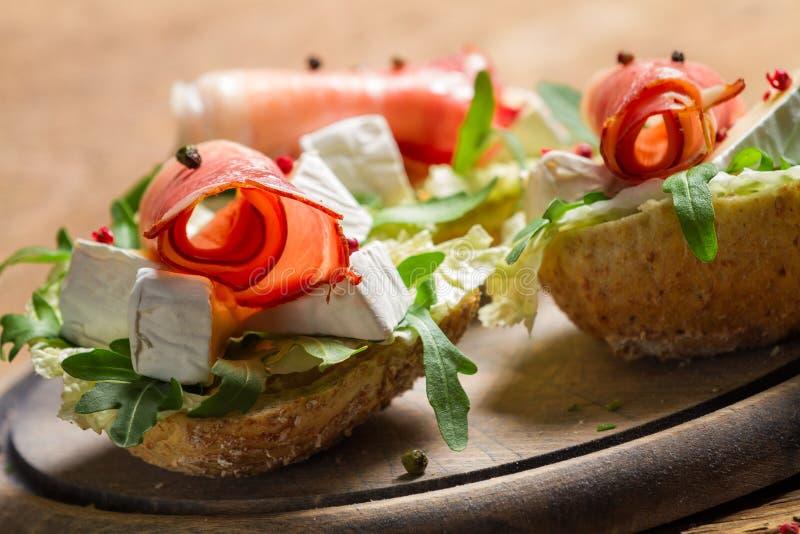 Dois sanduíches frescos feitos do presunto de parma e do queijo do brie fotos de stock