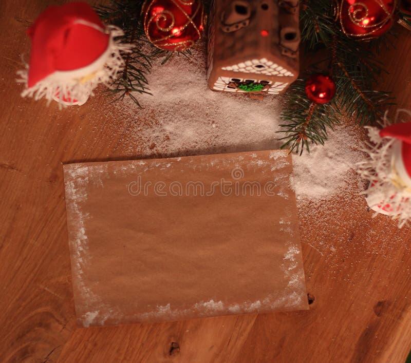 Dois Santa Claus e folha vazia para cumprimentos do Natal fotos de stock