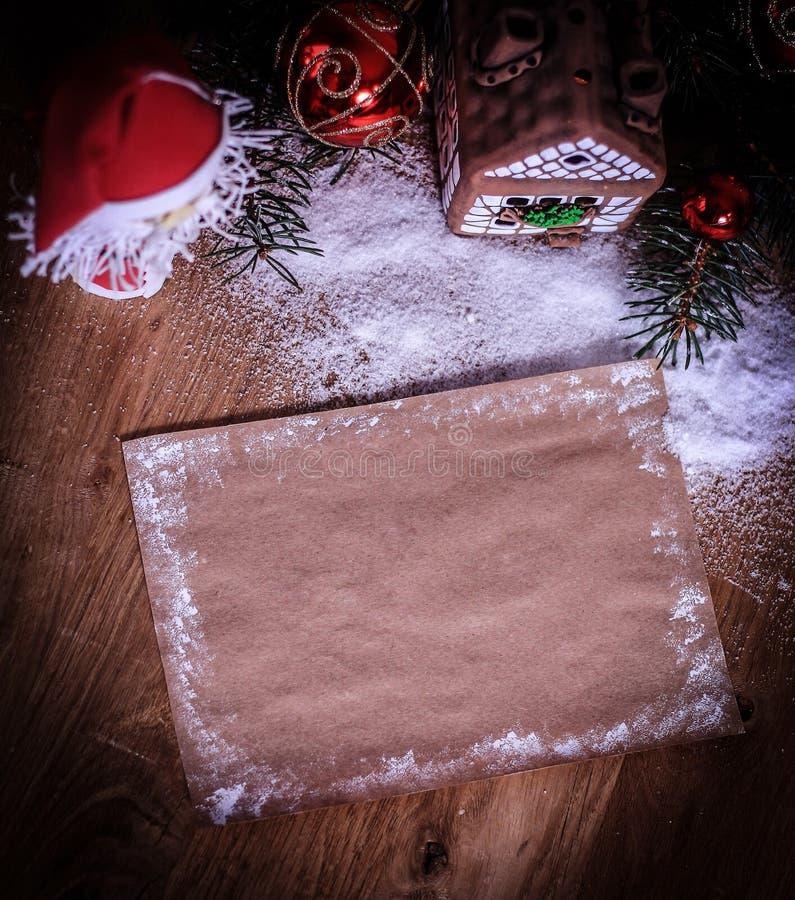 Dois Santa Claus e folha vazia para cumprimentos do Natal fotos de stock royalty free