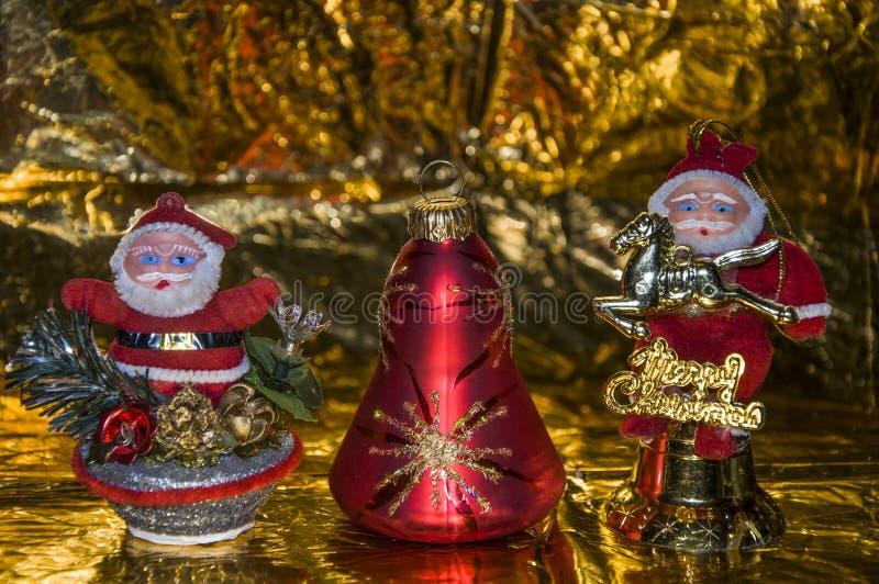 Dois Santa Claus, em um fundo do ouro foto de stock royalty free