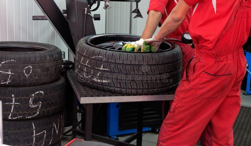 Dois servicemans que reparam o pneumático foto de stock royalty free
