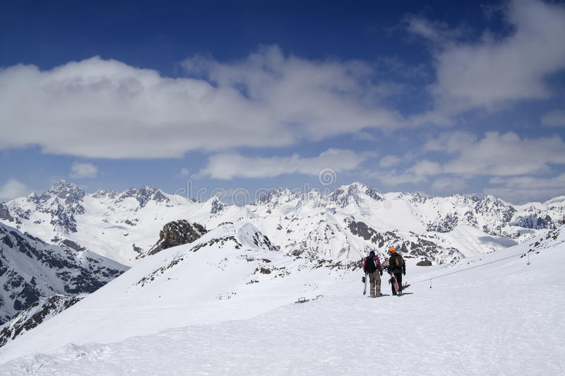 Dois snowboarders na estância de esqui fotos de stock