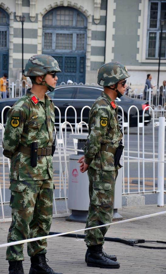 Dois soldados não formados do exército de libertação de pessoa estão o protetor em torno do Pequim China da Praça de Tiananmen imagens de stock