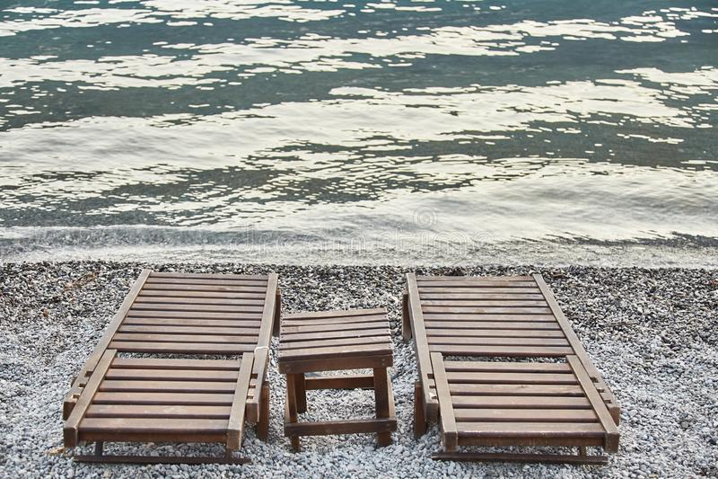 Dois sunbeds vazios Praia em Kotor Baía de Kotor Montenegro imagens de stock