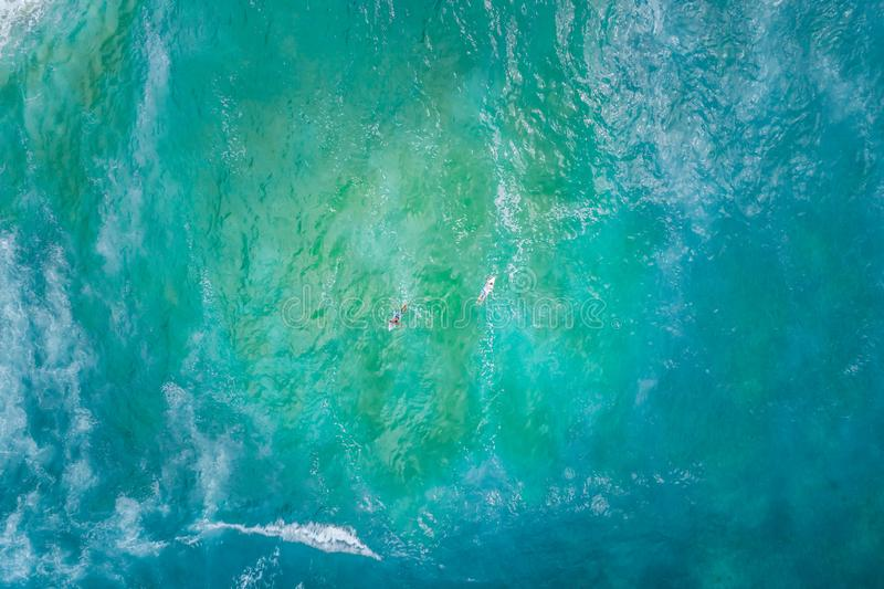 Dois surfistas que enfileiram em sentidos opostos foto de stock royalty free