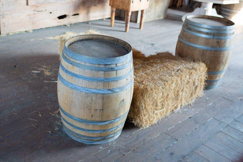 Dois tambores de madeira na exploração agrícola foto de stock