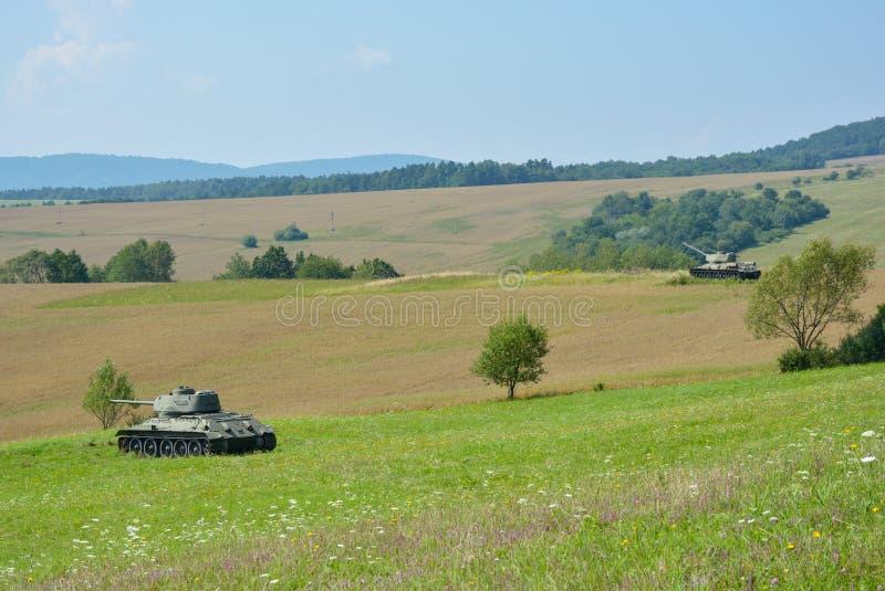 Dois tanques T34 que estão em campos no vale da morte em Eslováquia do norte foto de stock