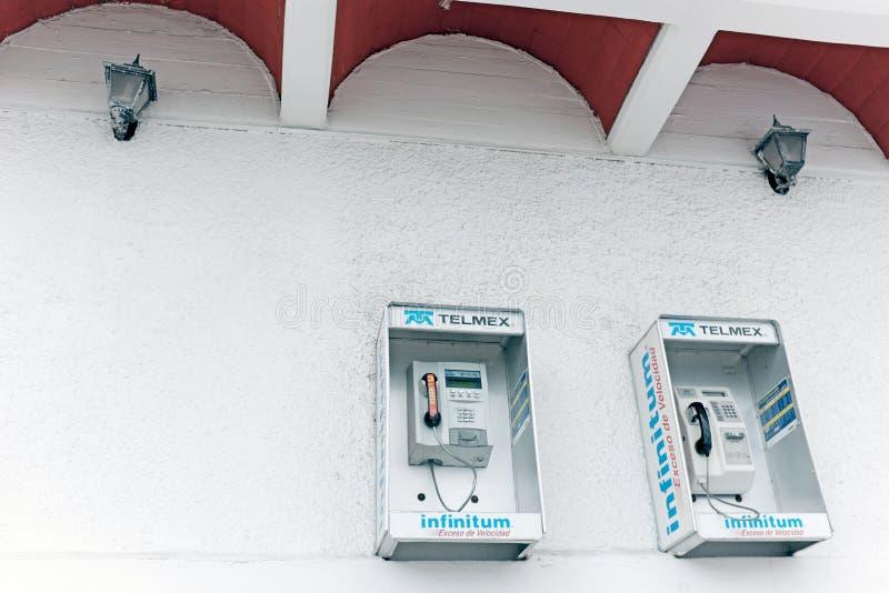 Dois telefones públicos de Telmex em uma parede em Cidade do México, México foto de stock