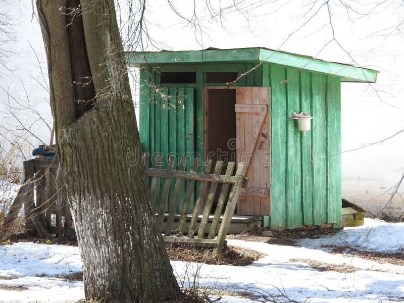 Dois toaletes de madeira do interior rural no parque do inverno foto de stock