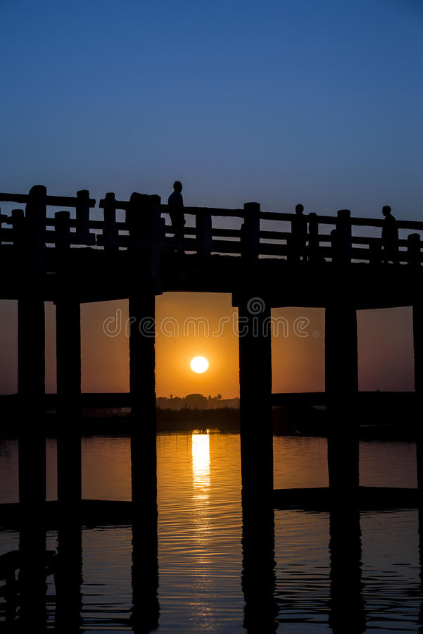 Dois Tone Sunset na ponte de U Bein fotografia de stock royalty free