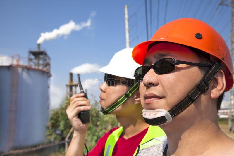 Dois trabalhadores asiáticos da refinaria foto de stock royalty free