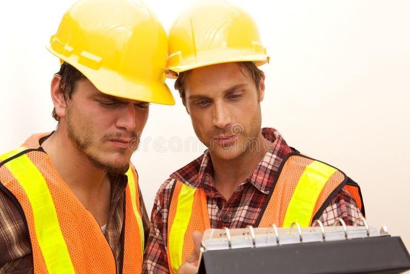 Dois trabalhadores da construção no trabalho fotos de stock royalty free