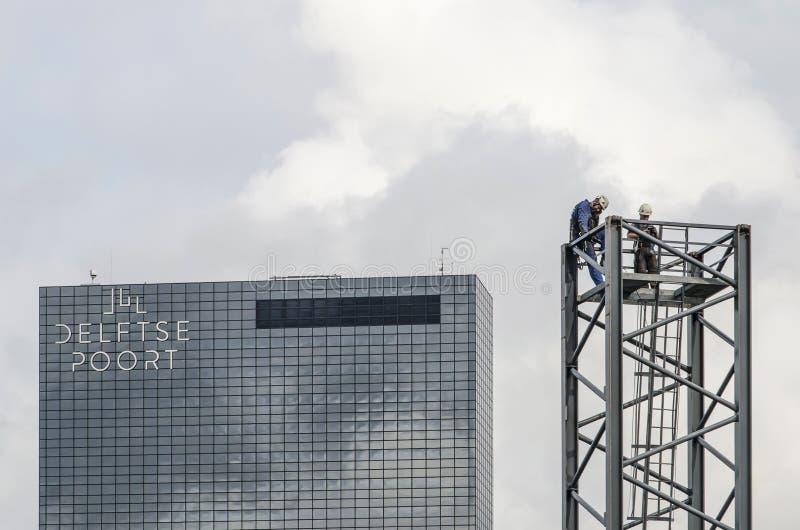 Dois trabalhadores da construção que tomam uma ruptura imagens de stock royalty free
