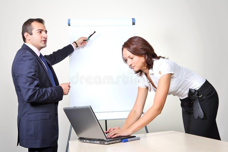 Dois trabalhadores de escritório - apresentação imagens de stock