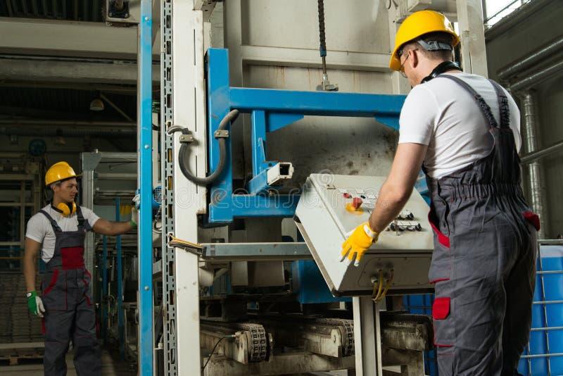 Dois trabalhadores em uma fábrica fotos de stock