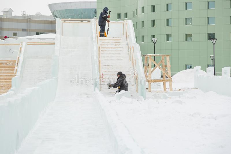 Dois trabalhadores no local do acampamento do gelo imagens de stock royalty free