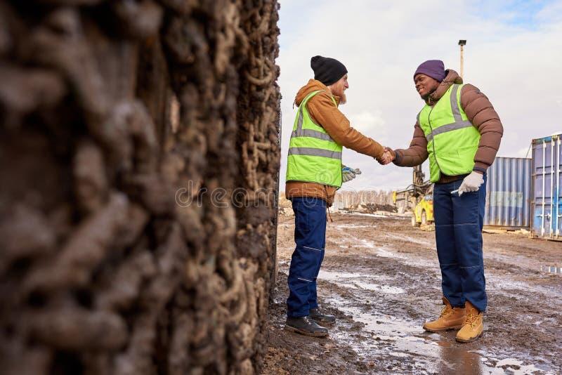 Dois trabalhadores que agitam as mãos fotos de stock royalty free