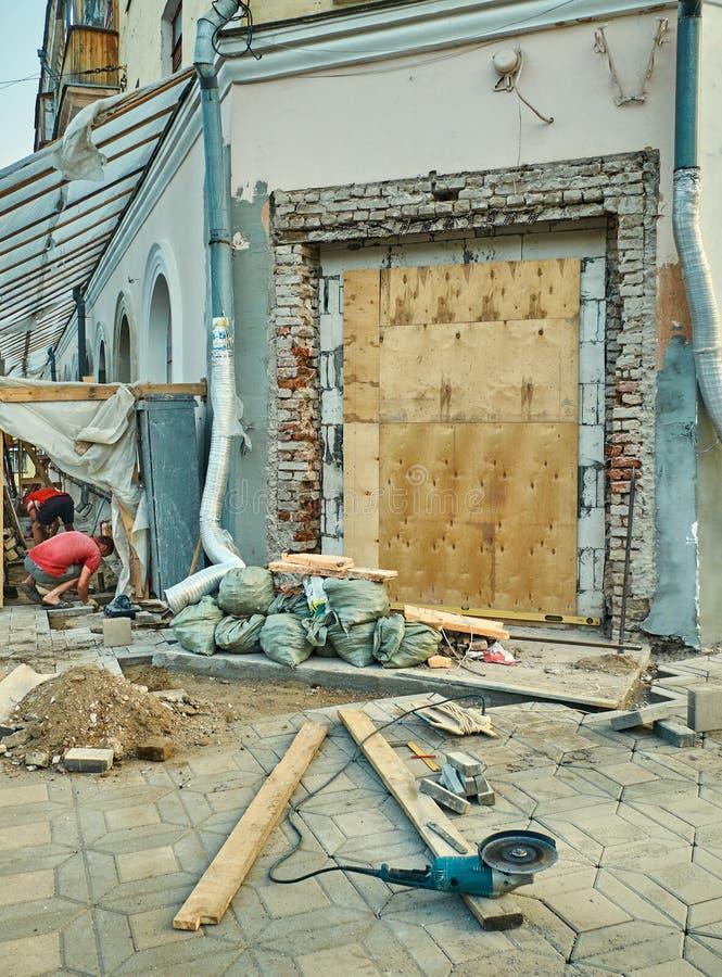 Dois trabalhadores que reparing a construção velha fotos de stock royalty free