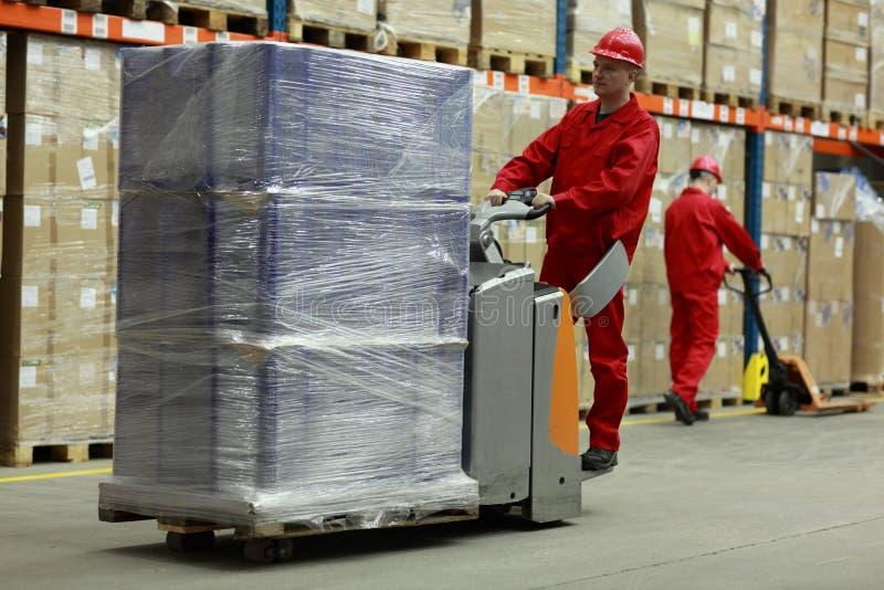 Dois trabalhadores que trabalham no storehouse fotografia de stock