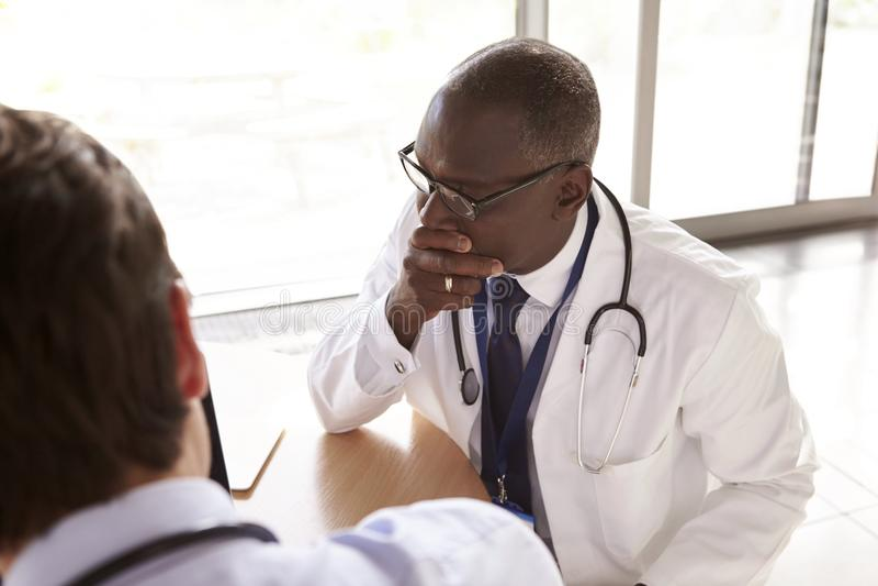 Dois trabalhadores superiores dos cuidados médicos na consulta, sobre o ombro fotografia de stock royalty free