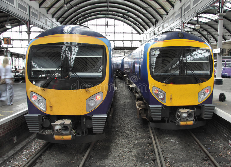Download Dois trens imagem de stock. Imagem de trens, estação, amarelo - 5787859