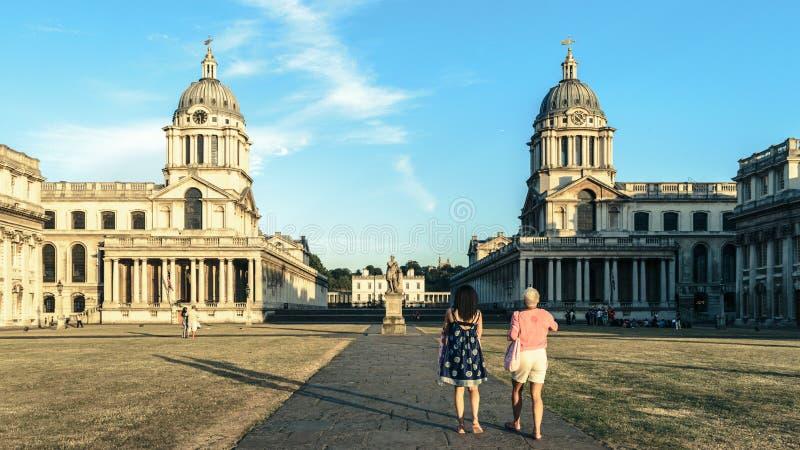Dois turistas na faculdade naval real, Greenwich, Londres foto de stock