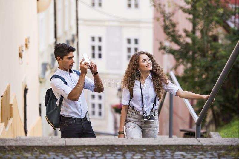 Dois turistas novos com smartphone e câmera fotografia de stock royalty free