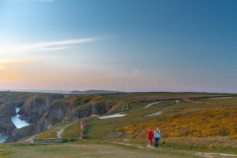 Dois turistas que andam em penhascos perto das etapas de Bedruthan em Corwal Reino Unido imagens de stock